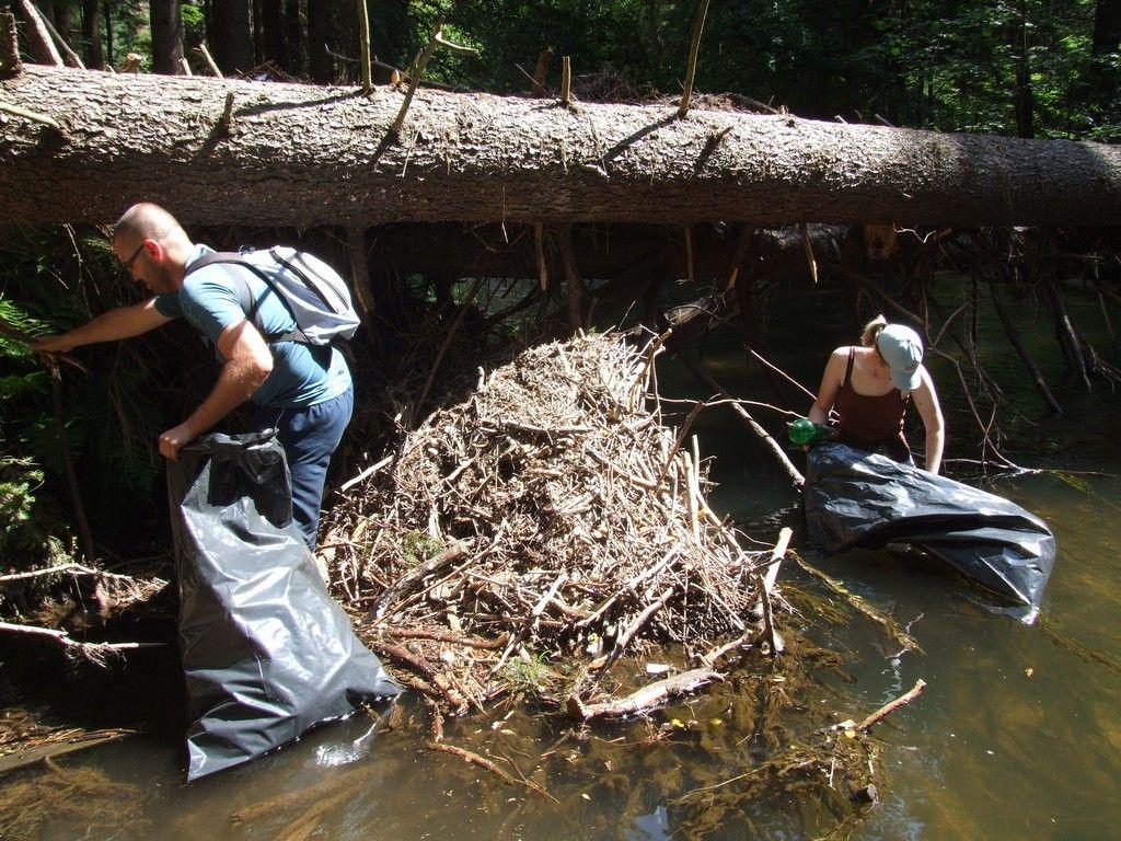 Nenápadní pomocníci udržují řeku čistou od odpadů